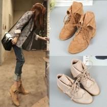 韓國東大門韓系時尚個性圓頭麂皮質感英倫風短粗跟流蘇頭綁帶中靴 3色
