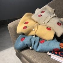 ✽✾韓國東大門~初秋新款✽✾草莓刺繡珍珠鈕扣慵懶氣質毛衣外套✿ ✔超減齡 ✔超質感 ✔超好搭 M~L 3色